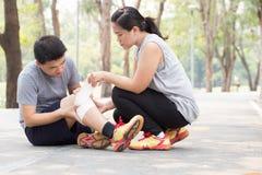 zbliżenia urazu nogi mięśnia bólu biegacza działający sporty plamią uda macanie Mężczyzna z kręconą zwichniętą kolana i dostawać  zdjęcie stock
