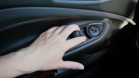 Zbliżenia zwolnionego tempa wideo żeńskich ręki odciskania okno kontrolne gałeczki na desce rozdzielczej zdjęcie wideo