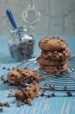 Zbliżenie łamany ciastko i słój z chok kroplami Fotografia Stock