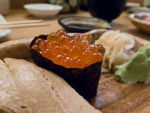 Zbliżenie łososiowi roe Gunkanmaki obraz royalty free