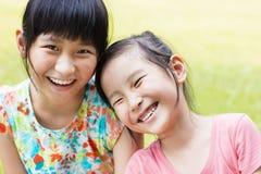 Zbliżenie Śliczne małe dziewczynki na trawie obrazy royalty free