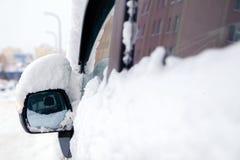 Zbliżenie śnieg zakrywał okno i rearview lustro popielaty minibusa samochód Pojęcie śnieżna pogoda, opad śniegu, zła północna pog fotografia royalty free