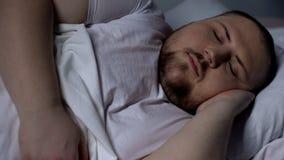 Zbliżenie śpi pokojowo pyzaty mężczyzna, relaksuje na wygodnej materac zdjęcia stock
