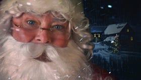 Zbliżenie Święty Mikołaj z nocy sceną w tle Zdjęcie Stock