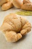 Zbliżenie świeży croissant z chlebami Obrazy Royalty Free