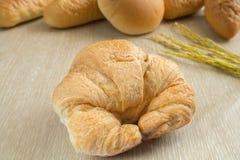 Zbliżenie świeży croissant z chlebami Fotografia Royalty Free