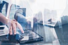 Zbliżenie żeńskiej ręki pastylki wzruszający pokaz w coworking miejscu Pojęcie ludzie biznesu używa mobilnego divece Ikona i Zdjęcie Stock