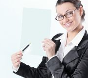 zbliżenie życzliwa biznesowa kobieta pokazuje z ołówkiem na pustym prześcieradle Fotografia Stock
