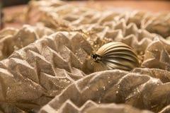 Zbliżenie abstrakta kuli ziemskiej Ciepły Złocisty Bożenarodzeniowy ornament Na Błyszczący Bajecznym Zdjęcie Royalty Free