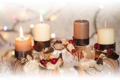 Zbliżenie Adwentowy wianek z dwa płonącymi bożonarodzeniowe światła w tle i świeczką Fotografia Stock