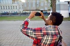 Zbliżenie afrykański mężczyzna bierze obrazek telefonem fotografia royalty free
