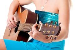 zbliżenie akustyczna gitara wręcza kobiety Zdjęcie Stock