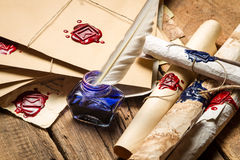Zbliżenie antyczne ślimacznicy i stara koperta z błękitnym inkwell Fotografia Royalty Free