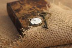 Zbliżenie antyczny klucz na starym folio sepiowy styl Sekret studiuje pojęcie Dziejowy studia pojęcie obraz stock
