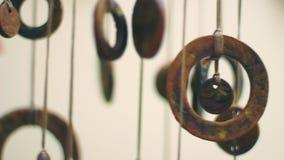 Zbliżenie antykwarskie chińczyk monety wieszać indoors Feng shui amulet zdjęcie wideo