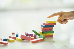 Zbliżenie azjatykcia dzieciak ręka bawić się drewnianych bloki broguje grę zdjęcie stock