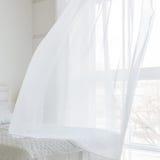 Zbliżenie biała falowanie zasłona w sypialni zdjęcie royalty free