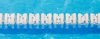 Zbliżenie biała pas ruchu arkana w pływackim basenie dla rywalizacj Fotografia Stock