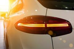 Zbliżenie biały premii suv na luksusowym salowym parking Taillights, tylni widoku lustra, lewa strona samochód zdjęcia stock