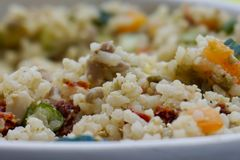 Zbliżenie białych ryż pilaf z dzwonkowymi pieprzami fotografia royalty free