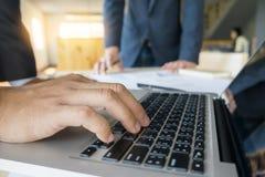 Zbliżenie biznesmen keyboarding na przenośnej książce, whil Obrazy Royalty Free