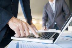 Zbliżenie biznesmen keyboarding na przenośnej książce, whil Zdjęcia Stock