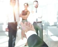zbliżenie biznesmen trzyma out rękę dla uścisku dłoni obrazy stock