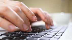 Zbliżenie biznesowej kobiety ręka pisać na maszynie na laptop klawiaturze Zbliżenie kobieta wręcza ruchliwie pisać na maszynie na zbiory wideo