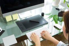 Zbliżenie biznesowej kobiety ręka pisać na maszynie na klawiaturowym komputerze obrazy stock