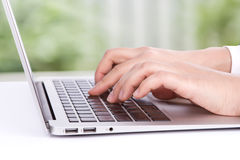 Zbliżenie biznesowej kobiety ręka pisać na maszynie na laptop klawiaturze obrazy royalty free