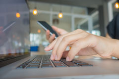 Zbliżenie biznesowej kobiety ręka pisać na maszynie na laptop klawiaturze z mo Obrazy Royalty Free