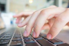 Zbliżenie biznesowej kobiety ręka pisać na maszynie na laptop klawiaturze z mo Zdjęcie Stock