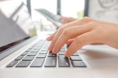 Zbliżenie biznesowej kobiety ręka pisać na maszynie na laptop klawiaturze z mo Zdjęcie Royalty Free