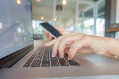 Zbliżenie biznesowej kobiety ręka pisać na maszynie na laptop klawiaturze z mo Obrazy Stock