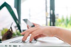 Zbliżenie biznesowej kobiety ręka pisać na maszynie na laptop klawiaturze z mo Obraz Stock
