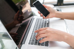 Zbliżenie biznesowej kobiety ręka pisać na maszynie na laptop klawiaturze z mo Zdjęcia Stock