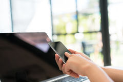 Zbliżenie biznesowej kobiety ręka pisać na maszynie na laptop klawiaturze z mo Zdjęcia Royalty Free