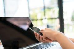 Zbliżenie biznesowej kobiety ręka pisać na maszynie na laptop klawiaturze z mo Fotografia Royalty Free