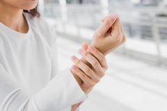Zbliżenie biznesowych kobiet trzymać naciera jej nadgarstku ból obraz stock