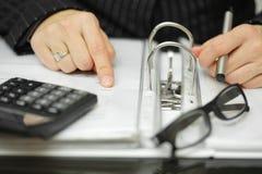 Zbliżenie bizneswoman ręki analizuje pieniężnych dane Zdjęcie Royalty Free