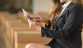 Zbliżenie bizneswoman używa cyfrową pastylkę fotografia stock