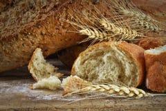 Zbliżenie bochenki chleb na drewno stole zdjęcia stock