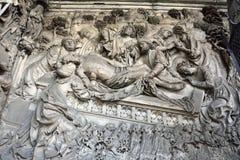 Zbliżenie brązowy reliefowy outside St Sebalduskirche w Nuremberg fotografia royalty free