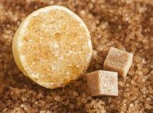 Zbliżenie brązu cukieru kryształy z plasterek cytryną obrazy stock