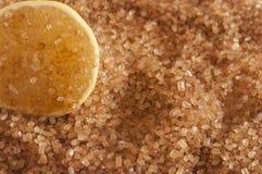 Zbliżenie brązu cukieru kryształy z plasterek cytryną obraz stock