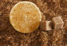 Zbliżenie brązu cukieru kryształy z plasterek cytryną zdjęcie royalty free