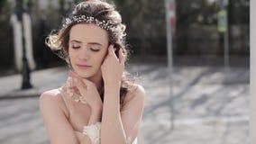 Zbliżenie brunetki panna młoda z mody ślubną fryzurą makeup i zbiory