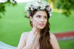 Zbliżenie brunetki panna młoda z mody ślubną fryzurą makeup i Obraz Stock
