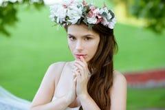 Zbliżenie brunetki panna młoda z mody ślubną fryzurą makeup i Obrazy Royalty Free