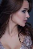 Zbliżenie budzący emocje portret młoda piękna kobieta z jaskrawym modnym makeup Obraz Stock
